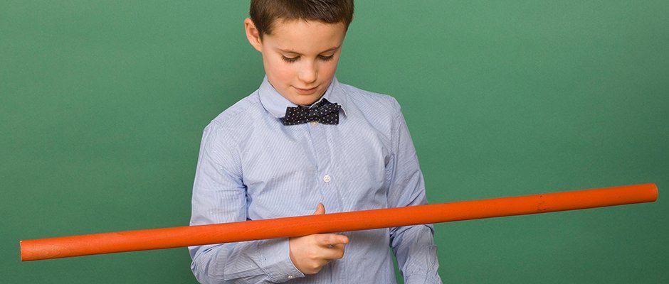 Enfant faisant tenir une barre en équilibre sur un seul doigt.