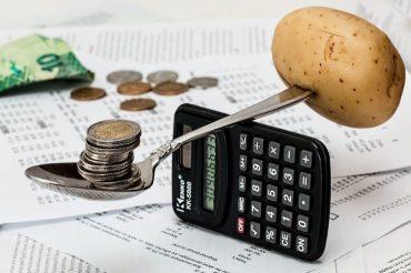 Cuillère en équilibre sur une calculatrice.